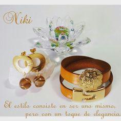 Conjunto de pulsera de cuero italiano con dije y broche en baño de oro y zarcillos en goldfield y piedras ágata, de Niki Diseños. Instagram: @nikidisenosapc