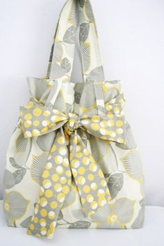 How cute is this bag? I have a weakness for bows. Wishing I could actually utilize my sewing machine to make something like this! Hopefully someday :) Pattern via V and Co. (The Abby tote PDF pattern) Great as a gift idea!