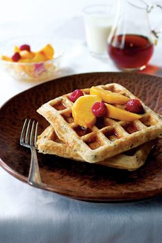 Sunday Brunch: Wild Rice Waffles with Smoked Salmon, Sour Cream, and Chives Recipe Waffle Toppings, Waffle Recipes, My Recipes, Sweet Recipes, Waffle Cake, Waffle Sandwich, Cooking Wild Rice, Good Morning Breakfast, Good Food