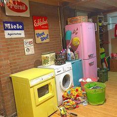 Never paint the dryer when you are washing... ☀️ (Na al die reacties kon ik het natuurlijk niet laten!! Niet handig als je de volgende dag op vakantie gaat  en hoe ik die was er nu uit moet halen.... Maar wel heeeel blij!! Hahaha!!! Alleen de wasmachine nog!) #washing #yellow #painting #pink #smeg #vintage #retro