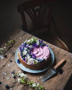"""Fotogrammi di zucchero on Instagram: """"🇮🇹Una fetta di torta è sempre legata a un bel ricordo 💚 Torta al limone con frosting al succo di mirtillo, perfetta per questo periodo 🙌…"""" Blueberry Frosting, Whipped Frosting, Blueberry Juice, Blueberry Cake, Cake Recipes, Dessert Recipes, Dessert Food, Chocolate Lava Cake, Cake Photography"""