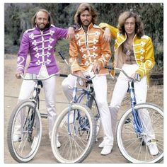 IlPost - Bee Gees - Barry, Maurice e Robin Gibb dei Bee Gees via Rides a Bike Bike Style, Motorcycle Style, Steve Mcqueen, Les Bee Gees, Bicicletas Raleigh, Range Velo, Velo Vintage, Andy Gibb, Kate Jackson