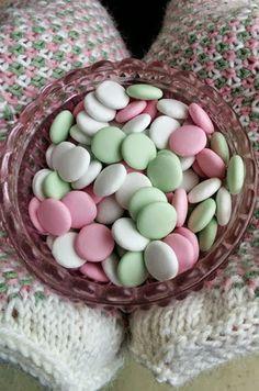 Hennin Höpötyksiä -blogissa #karkkineule-lapaset ranskanpastilli-teemalla. Knitting Socks, Mittens, Hennin, Crafts, Owls, Food, Google, Knit Socks, Fingerless Mitts