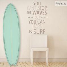 No puedes detener las olas pero puedes aprender a surfear.  You can´t stop the waves but you can learn to surf...  Maravillosa frase hecha vinilo decorativo, ideal para darle vida a tus espacios y un toque de originalidad.  Diseño original Vinyl & Art, solamente en www.vinylandart.com  #vinilosdecorativos #vinylandart #arte #diseño #inspiracion #olas #surf #frases