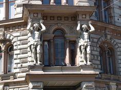 Vakuutusyhtiö Kalevan talo, Erottaja 2, rakennettu 1889. Toisen kerroksen kulmaulokkeen Atlantit valmisti Robert Stigell (1852 - 1907). Kuva: MKFI