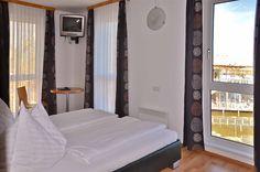 Doppelzimmer mit Blick auf das Seerestaurant Katamaran Restaurant, Rust, Bed, Furniture, Home Decor, Double Room, Catamaran, Decoration Home, Room Decor