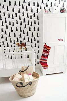 Crea un bosque en la habitación del peque con papel pintado y vinilos de abetos