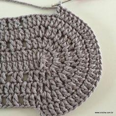 Neste passo a passo vamos aprender a confeccionar oTAPETE OVAL SIMPLES. Tapetes com flores são sempre encantadores, mas os tapetes clean são muito bem vindos Crochet Purses, Crochet Hats, Tapestry Crochet, Merino Wool Blanket, Crochet Projects, Purses And Bags, Sewing Crafts, Diy And Crafts, Beanie