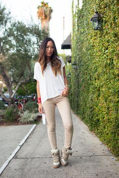 Asymmetrical shirt, polka dot jeans & sneakers #Streetstyle