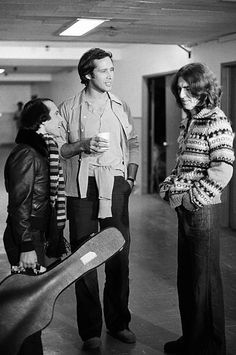 Paul Simon Chevy Chase George Harrison during the 'Monologue Worries' skit on November 20 1976 Joe Cocker, Beatles Photos, The Beatles, Paul Simon Chevy Chase, Saturday Night Live, Rock And Roll, Simon Garfunkel, Stevie Ray, Classic Rock