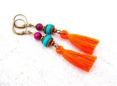 boucles d'oreilles bohèmes oeil de tigre fuchsia bois turquoise et pompon orange : Boucles d'oreille par boho-chic-street