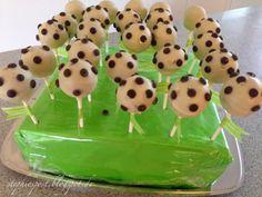 Fußball-Cakepops für Kindergeburtstage / zur Fußball-WM / einfach mal so.   http://einfachstephie.de/2014/03/08/fussball-cakepops-fuer-kindergeburtstage-zur-fussball-wm-einfach-mal-so/
