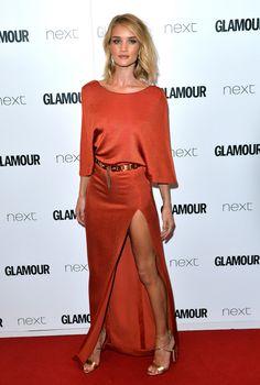 A proporção correta entre fenda e decote não deixa o vestido vulgar.