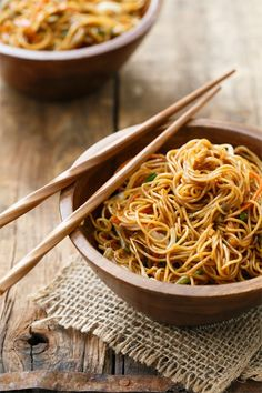 Stir Fried Soy Sauce Noodles Recipe from Love & Olive Oil - easy weeknight dinner Healthy Dinner Recipes, Vegetarian Recipes, Cooking Recipes, Vegetarian Ramen, Soy Sauce Noodles, Shirataki Noodles, Vermicelli Noodles, Chicken Noodles, Gastronomia
