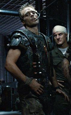 Michael Biehn as Corporal Hicks and William Hope as Lt. Gorman in Aliens Saga Alien, Alien Film, Alien 2, Aliens 1986, Aliens Movie, Gi Joe, Sci Fi Movies, Movie Tv, Science Fiction