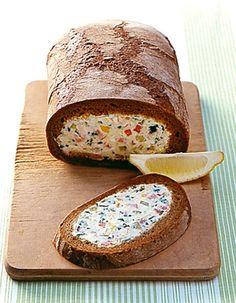 Rezept für Gefülltes Brot bei Essen und Trinken. Ein Rezept für 10 Personen. Und weitere Rezepte in den Kategorien Brot / Brötchen / Toast, Eier, Gemüse, Kartoffeln, Käseprodukte, Kräuter, Milch + Milchprodukte, Obst, Schwein, Vorspeise, Party, Sandwiches/Brote, Kochen, Gut vorzubereiten.