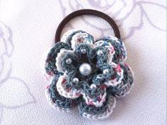 ご覧いただきましてありがとうございます。パピー毛糸のコットンソレントでお花のヘアゴムを作りました。【藍色×白ソレント】4段です。よりどり3個で60...|ハンドメイド、手作り、手仕事品の通販・販売・購入ならCreema。