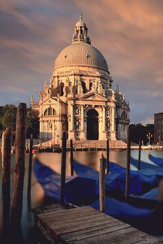 Basílica de Santa María de la Salud de #Venecia, construida tras la epidemia de peste de 1630 que asoló la ciudad. http://www.venecia.travel/lugares-para-visitar/basilica-de-santa-maria-de-la-salud/ #viajar #Italia
