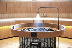 Harvia Autodose – unohda, kiulu ja kauha, tässä tulee löylyautomaatti. Istu tai makaa rauhassa lauteilla, vesi sihahtaa kiukaalle napin painalluksella – tuoksun kanssa tai ilman. Kylpyläsaunat hyötyvät tasaisesta ilmankosteudesta ja yksinkertaisesta löylynheittokäytännöstä. Autodose-löylyautomaatti syöttää vettä ja vesi-tuoksunesteseosta saunan kiukaan kuumille kiville. Harvia Autodose toimii joko automaattisesti tietyin väliajoin tai silloin, kun painiketta painat. Autodose saa myös… Diy Sauna, Sauna Steam Room, Sauna Room, Saunas, Portable Wood Stove, Building A Sauna, Hotel Gym, Sauna Design, Outdoor Sauna