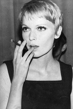 """Mia Farrow   Ein Kurzhaarschnitt, der für Furore sorgte: Mia Farrow heiratete als 21-Jährige nicht nur Frank Sinatra (zwei Jahre später folgte die Scheidung), die Schauspielerin (""""Rosemarys Baby"""") sorgte mit ihrem raspelkurzen Pixie-Cut in den 60ern für einen neuen Frisurentrend."""