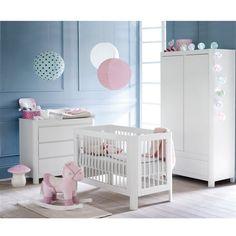 Un lit à barreaux Sun à associer aux meubles de la chambre Sun (armoire, berceau, commode à langer, table à langer et lit enfant). Une chambre aux lignes et angles arrondis pour créer un cocoon de douceur pour bébé.