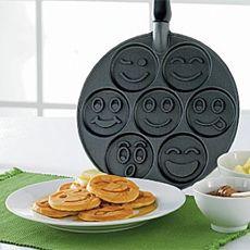 Do your youngsters like pancakes? Make their breakfast extra enjoyable by making some smiley face pancakes. This pan makes pancakes in 7 totally different sorts of smileys in a single pan. Smileys, Pancake Face, Happy Pancakes, Mini Pancakes, Homemade Pancakes, Blueberry Pancakes, Breakfast Pancakes, Smiley Faces, Edible Crafts