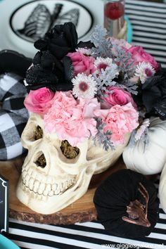 Pink-o-Ween Halloween Ghoul's Night Party - Giggles Galore Chic Halloween, Pink Halloween, Halloween Inspo, Halloween Home Decor, Halloween Birthday, Halloween 2019, Holidays Halloween, Halloween Themes, Halloween Crafts