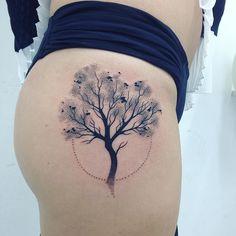 #blacktattoo #minimalisttattoo #tattoo #tatuagem #tattoowork  #linetattoo #dotworktattoo #dotwork #dottattoo #tatuagempontilhismo #lovetattoo #inktattoo #loveinktattoo #arvore #arvoretattoo #muttleytattoo by lu_risi_tattoo