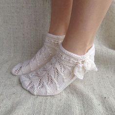 Venäläiset lehtisukat Frilly Socks, Knitted Slippers, Knitting Socks, Knit Socks, Handicraft, Mittens, Knit Crochet, Creations, Pattern