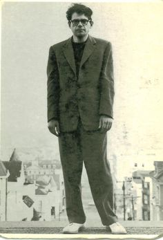Irwin Allen Ginsberg fue un poeta y una de las figuras más destacadas de la Generación Beat en la década de 1950. Se opuso enérgicamente al militarismo, materialismo económico y la represión sexual.