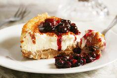 La cheesecake al forno con mascarpone è deliziosa, cremosa e dal sapore leggero. In questo caso il classico Philadelphia viene sostituito dal mascarpone. Il risultato è ottimo