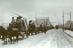 1911 - Antigo Viaduto do Chá. Em 1º plano, uma fila de carroças transportando um carregamento de pianos da marca Pleyel que tinham sido adquiridos pelo Teatro Municipal. Ao fundo, o Teatro São José e um trecho da fachada do Teatro Municipal de São Paulo.