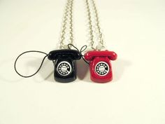 Colar Telefone Antigo (Preto ou Vermelho)