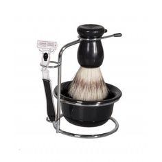 De Uatt Barbear Scheer Set is een uiting van mannelijkheid! De set bevat een kwast met synthetische haren, een zeepschaaltje om het schuim in te mengen en een metalen standaard. De borstel masseert de huid terwijl het de haren optilt om makkelijk te kunnen scheren. En na het scheren kun je de kwast terug hangen in de standaard.