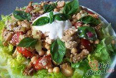 Skvělý, sytý salát s kuřecím masem a cizrnou