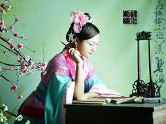 Han Chinese clothing, or Hanfu, refers to the clothing worn by the Han ethnic people from the ruling periods of the Three Emperors and Five Sovereigns to the Ming Dynasty. Chinese Clothing Traditional, Traditional Outfits, Chinese Culture, Japanese Culture, Ancient China Clothing, Oriental Fashion, Oriental Style, Ethnic Fashion, Hanfu