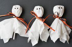 Ghost Lollipops Easy Halloween Trick Or Treat Idea - Crafting News Diy Halloween Goodie Bags, Scary Halloween Treats, Diy Halloween Food, Halloween Goodies, Toddler Halloween, Halloween Trick Or Treat, Cute Halloween, Halloween Gifts, Halloween Season