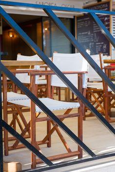 Bar de tapeo y restaurante en primera linea de mar en la localidad de Segur de Calafell. #interiordesign #barcelona #segurdecalafell #chairs #wood #interiorismo #restaurant #terrace #focus #detail