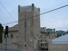 Torre de las Paulinas. Debe su nombre a la pedanía  en que se encuentra, en las proximidades de Sant Joan. El acceso a la torre se hace por la vivienda que está adosada a la torre, que está habitada, por lo que el permiso a sus dueños es necesario para poder visitarla. Excepcional estado de conservación aunque muy remozada
