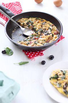 Omelette aux pousses dépinard, tomates confites, olives et poulet