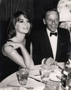 Frank Sinatra and Natalie Wood Pics - Frank Sinatra and Natalie Wood Couple Pictures - Photo Gallery Old Hollywood Glamour, Golden Age Of Hollywood, Vintage Hollywood, Hollywood Stars, Classic Hollywood, Natalie Wood, Franck Sinatra, The Doctor, Splendour In The Grass