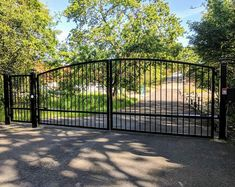 Check out this magnificent driveway gate - what an original type Wrought Iron Driveway Gates, Driveway Entrance, Metal Gates, Front Gates, Entrance Gates, Driveway Security Gates, Metal Fences, Aluminium Gates, Driveway Paving
