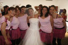 Linda novia con sus damas y encontraron el vestido perfecto para su amiga en la 3 carrera de novias @specialty cleaners.mx