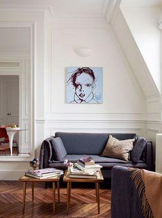 Un salon blanc avec du parquet.