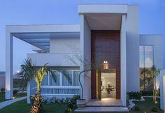 Decor Salteado - Blog de Decoração e Arquitetura : 15 Fachadas de casas com portas de entrada painéis/altas! Veja dicas e modelos lindos!