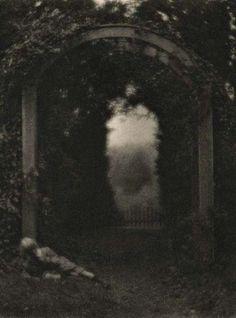 Clarence H. White, Entrance to the Garden 1908