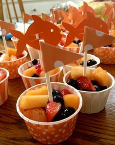 Cute kids snack idea: fruit cups for birthday party Healthy Snacks For Diabetics, Healthy Kids, Sea Party Food, Sea Food, Cute Kids Snacks, Fruit Cups, School Snacks, School Parties, Parties Kids
