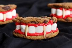 Don't forget to include some yummy Halloween desserts at your next party. Here are some of the best recipes for Halloween desserts. Halloween Desserts, Recetas Halloween, Fete Halloween, Halloween Goodies, Halloween Food For Party, Easy Halloween, Halloween Vampire, Halloween Chocolate, Halloween Baking