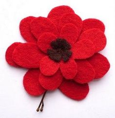 How To: Felt Flower Hairpins. Adjust the flower design with fewer petals to make your own poppy hairpin. from Bugs and Fishes by Lupin Felt Flowers Patterns, Making Fabric Flowers, Felt Patterns, Simple Flowers, Flowers In Hair, Flower Hair, Diy Flowers, Felt Flower Pillow, Felt Ball Rug