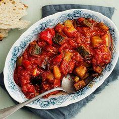 Den sicilianska tomat- och grönsaksröran caponata är som en maxad tomatsås fullproppad med grönsaker. Ett perfekt tillbehör till kyckling, kött eller vegetariska biffar.